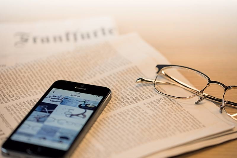 lunor glasses newspaper smartphone iPhone bluelight